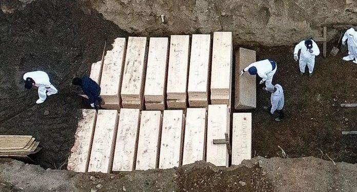 Coronavirus: New York Buries Victims In Mass Graves 51