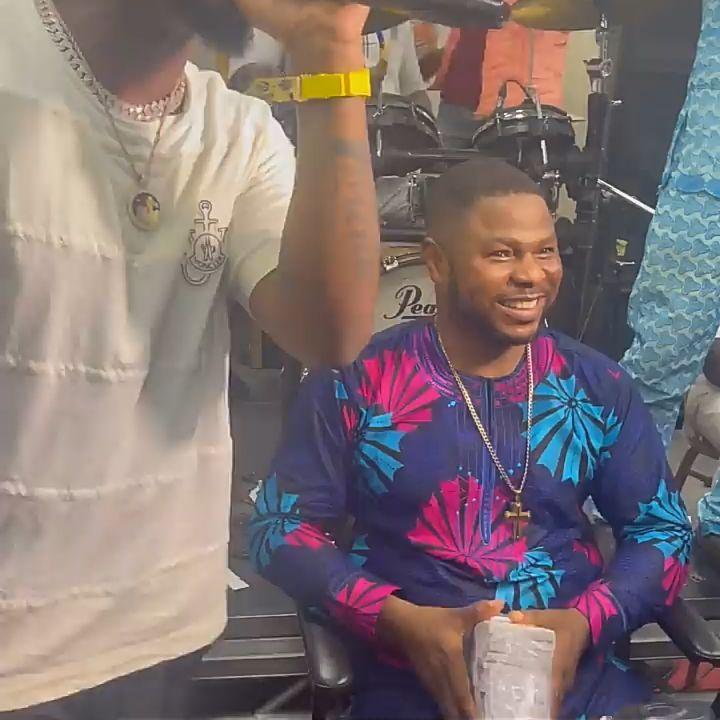 Davido Causes Stir As he Gifts Gospel Singer Huge Bundle of Money – (Video). 46