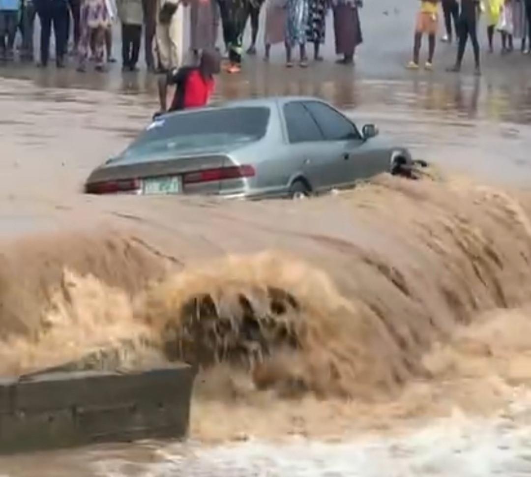 Man stranded in his car after it got stuck in flood following heavy rain - (Video). 46