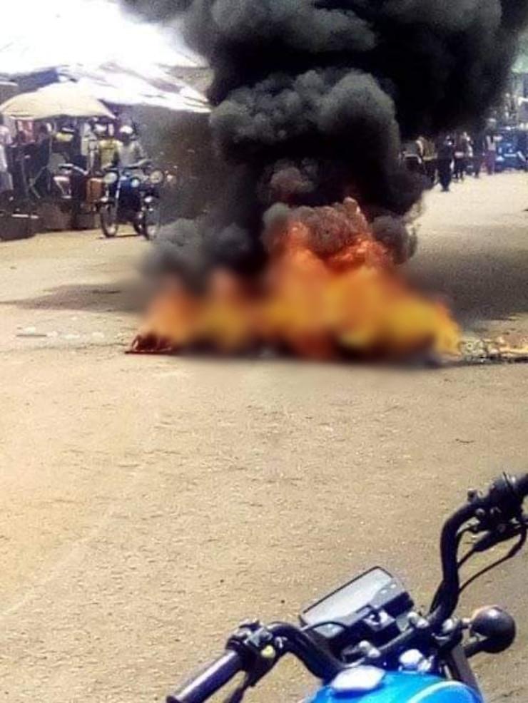 Suspected motorcycle thief set ablaze in Nigeria - (Photos). 45